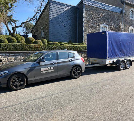 1er BMW mit Anhänger